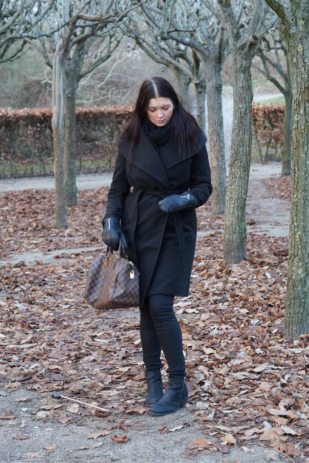 OUTFIT - BLACK COAT AND LV BAG